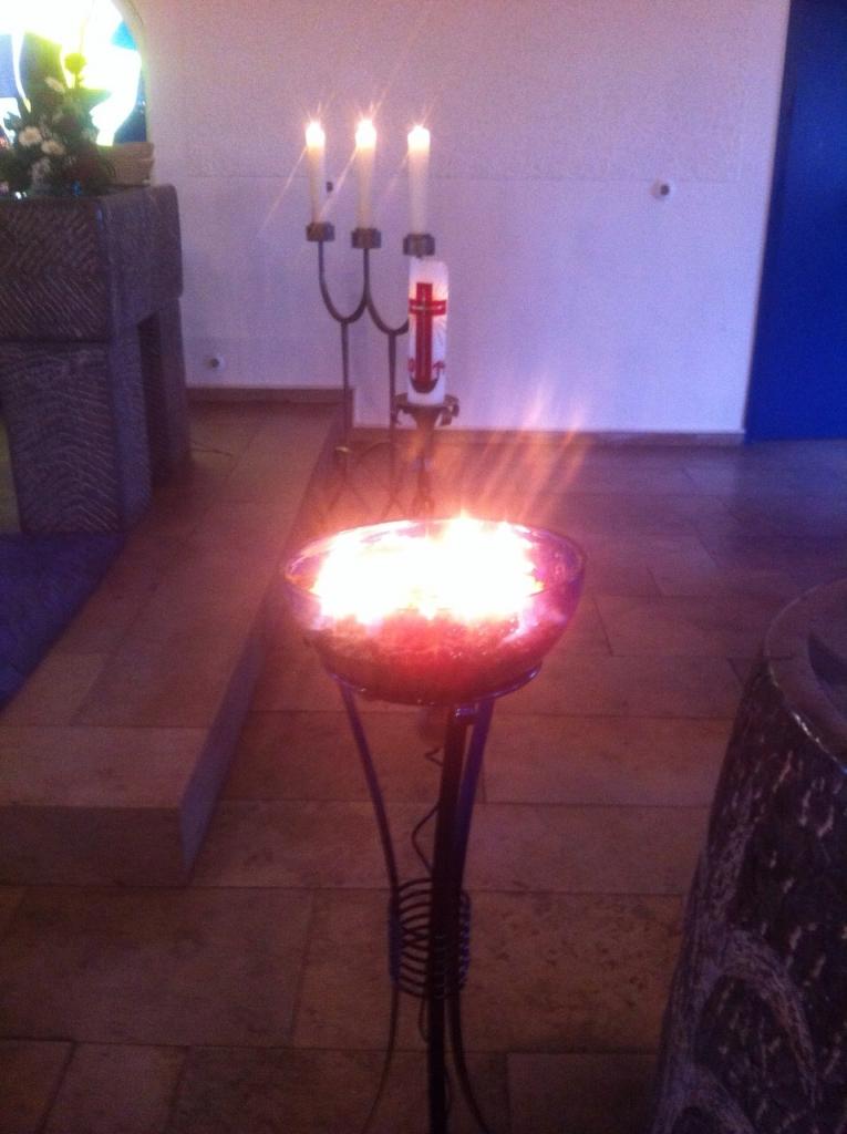 Tauferinnerungsgottesdienst am 11.01.2015, jedes Gemeindeglied durfte sich eine Kerze anzünden.
